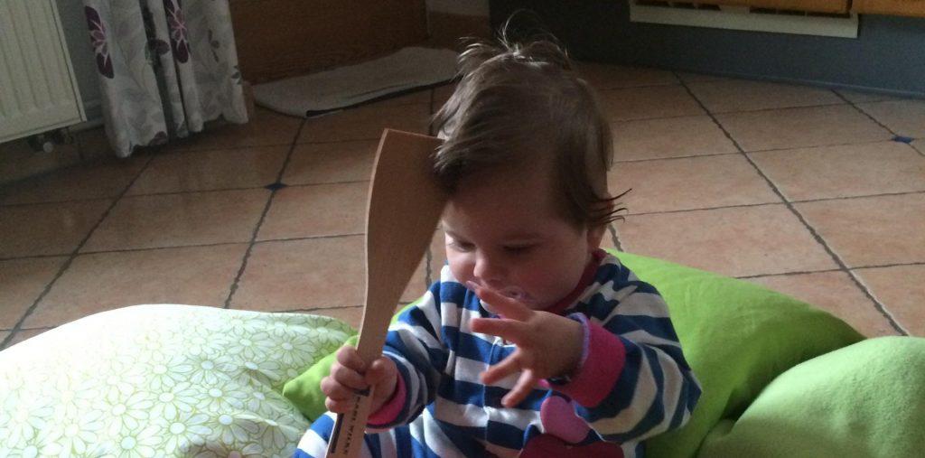 Ein Baby spielt mit Schüsseln