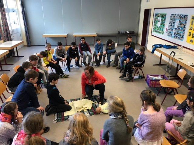 Junge Schüler folgen gespannt den Ausführungen