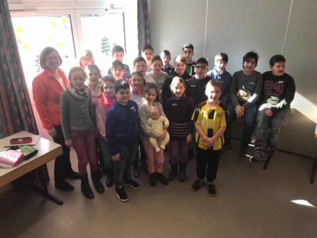 Die Schulklasse und Angelika Kern im Gruppenbild
