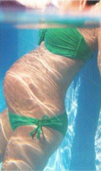 Schwangere Frau im Schwimmbecken