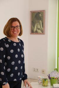 Angelika Kern vor einem Schreibtisch in ihrer Praxis