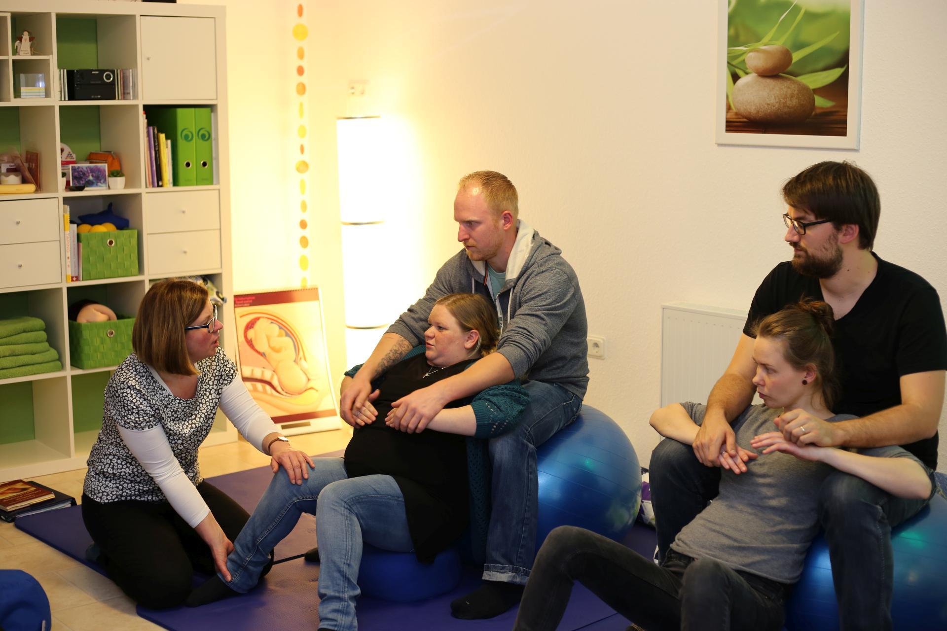 Teilnehmer bei einem Geburtsvorbereitungskurs