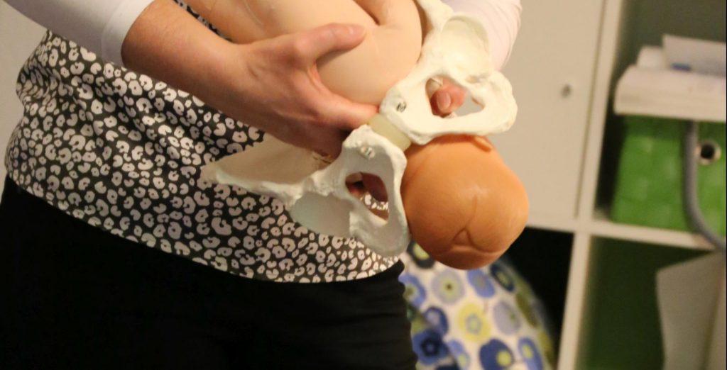 Angelika Kern leitet einen Geburtsvorbereitungskurs